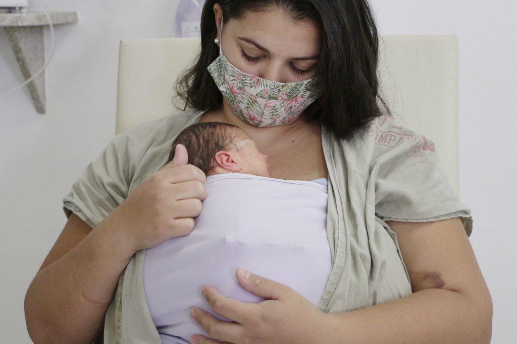 Mãe e filho usando o médodo canguru